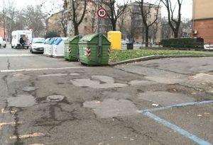 Stradone Farnese, strisce blu tra le buche e i rifiuti abbandonati