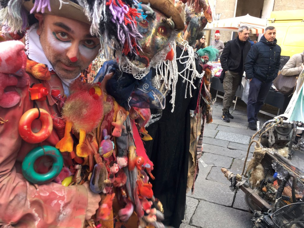 Carnevale a Piacenza, festa tra i banchi del mercato. Stasera balli anni 80