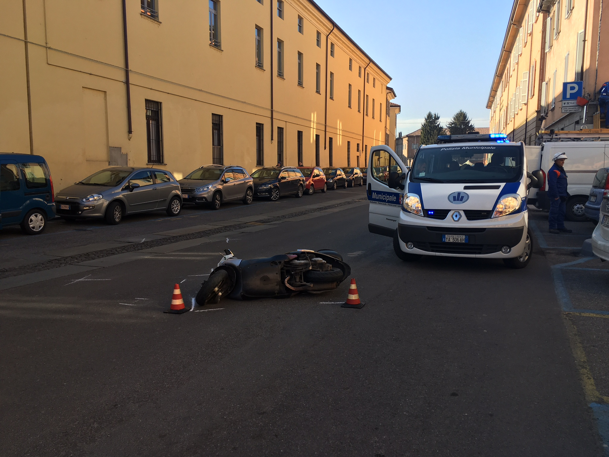Via Campagna, scooter sbanda e finisce a terra. Conducente ferito