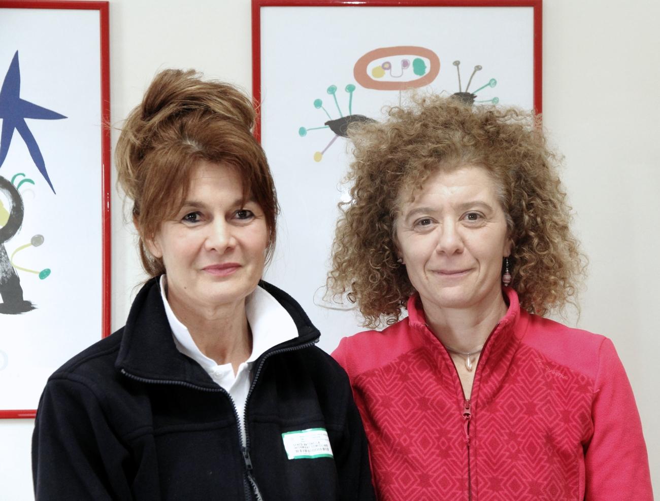 Due donne si occupano degli anziani soli che vivono isolati