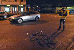 Falciato da un'auto sulla via Emilia Parmense: ciclista d'urgenza al pronto soccorso