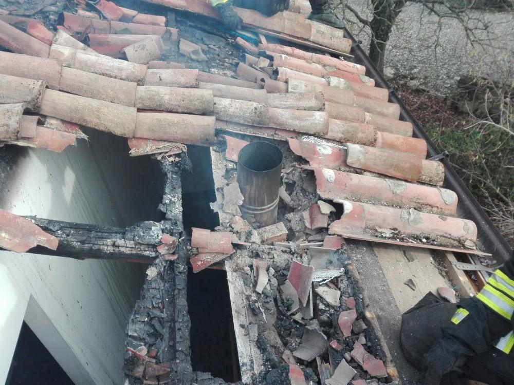 Surriscaldamento delle canna fumaria, tetto in fiamme a Momeliano. Danni ingenti