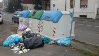 I cassonetti sono semivuoti, ma i rifiuti vengono abbandonati sul marciapiede