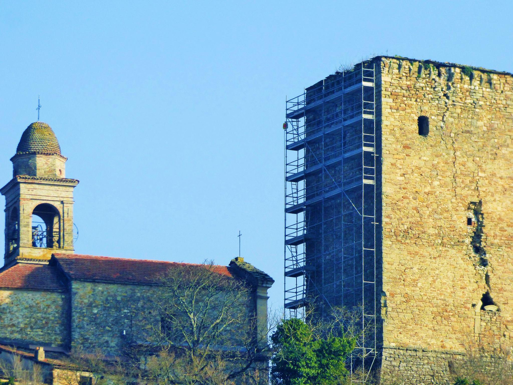 Torrione di Bobbiano, ecco i ponteggi: partono i lavori di restauro