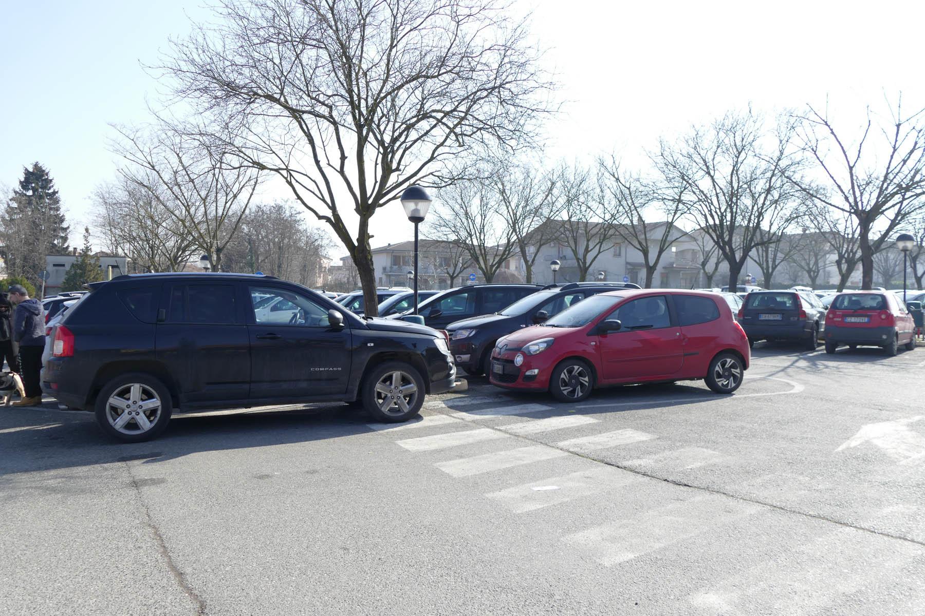 Parcheggio dell'ospedale sempre pieno: anziani in difficoltà