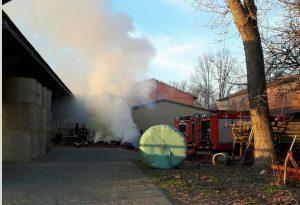 Incendio in un'azienda agricola, rotoballe in fumo. Intervento dei vigili del fuoco