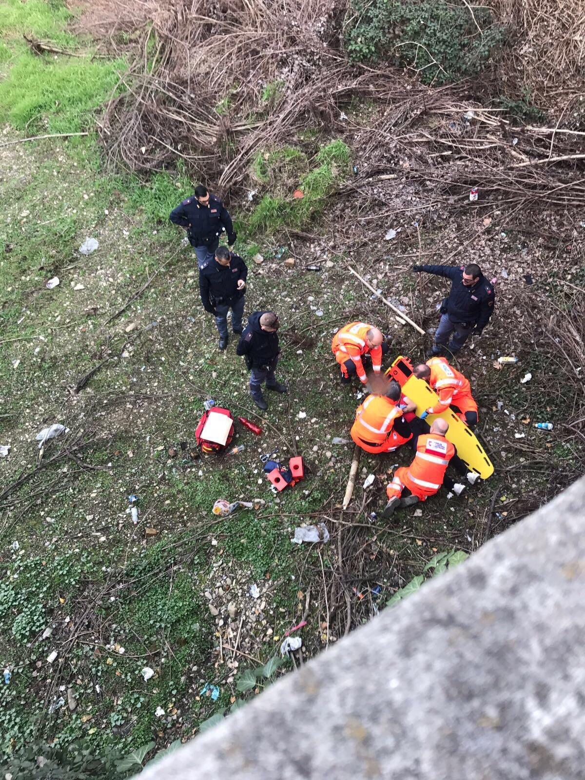 Si lancia dal cavalcavia per sfuggire alla polizia: grave dopo il volo da 8 metri