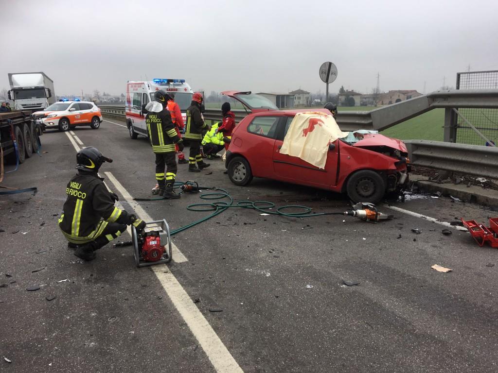 Fiorenzuola, scontro tra un'auto e un camion: muore un anziano