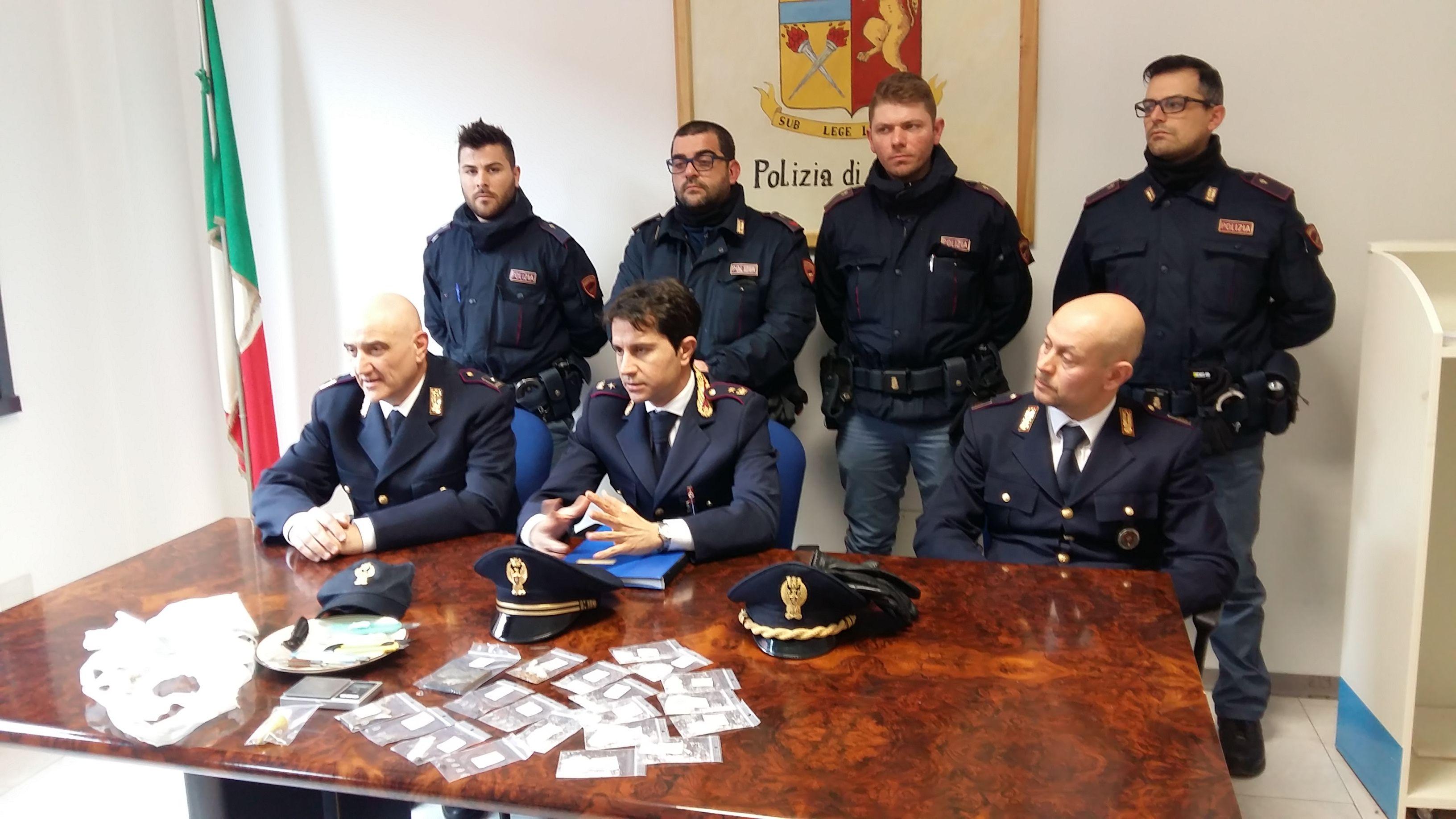 Via Trebbiola, arriva la polizia e gettano la droga nel water: cinque arresti