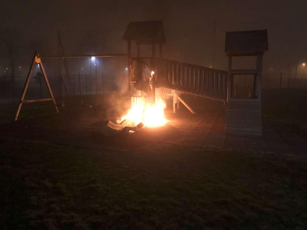 Giardini di via don Dieci, a fuoco i giochi per bambini. Probabile origine dolosa