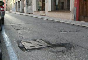 Tombini affossati e marciapiedi stretti, via Trebbiola si presenta così