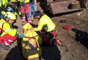 Schiacciato dalla benna del trattore, trasportato a Parma d'urgenza. FOTO e VIDEO del salvataggio