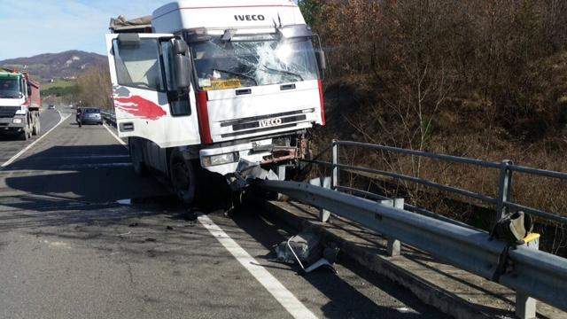 """Donceto, camionista perde il controllo e """"infilza"""" il guardrail"""