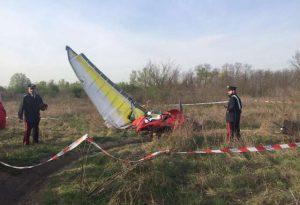 Deltaplano a motore precipita nel greto del Trebbia a Gossolengo, morto il pilota