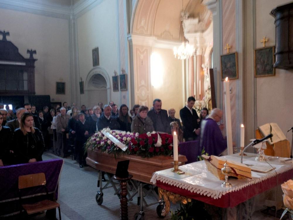 Folla ai funerali di Anselmo Cassi. Incredulità e commozione a Pianello