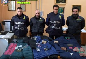 """Vestiti, scarpe e borse """"taroccati"""", scoperto un magazzino a Gragnano"""
