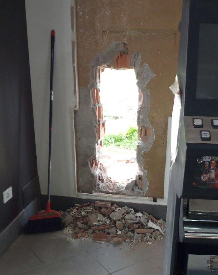 Muro abbattuto, ennesimo tentativo di furto al distributore. VIDEO