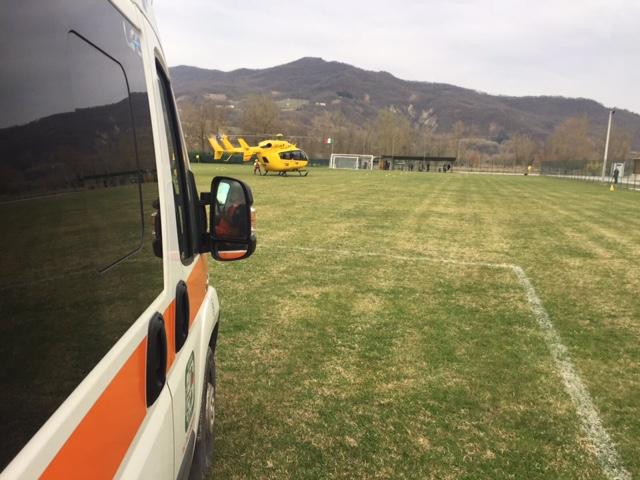 Cade con il volto sull'asfalto, ciclista trasportato d'urgenza a Parma in elicottero