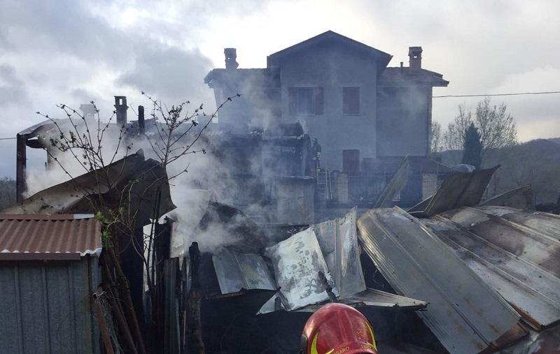 Cascina e abitazione in fiamme a Morfasso, vigili del fuoco al lavoro