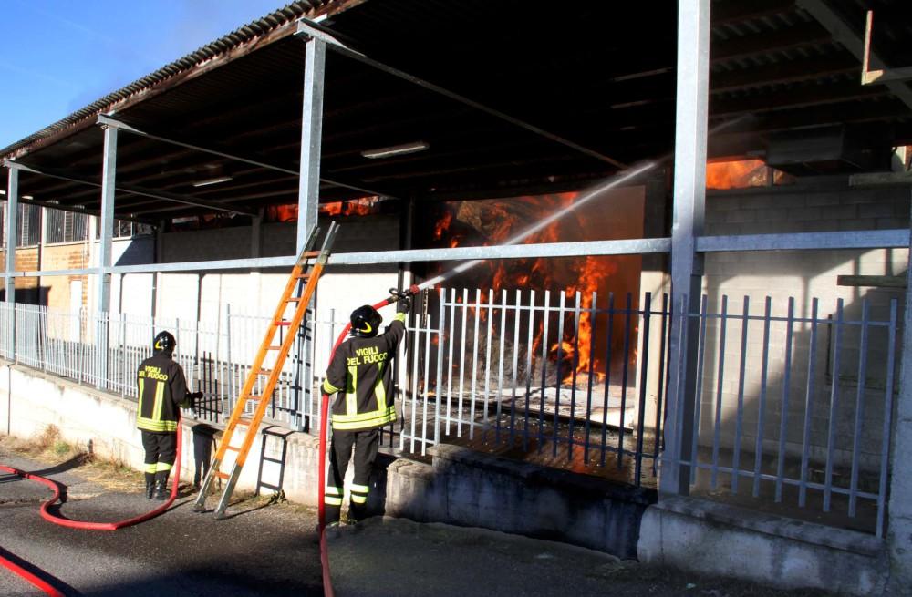 Rotoballe in fiamme: notte di lavoro per i vigili del fuoco