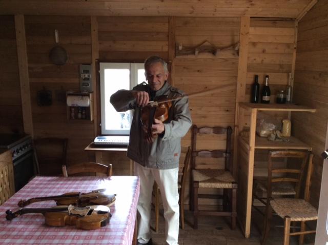 """Da carrozziere a liutaio, le mani magiche dello """"Stradivari di Tuna"""""""