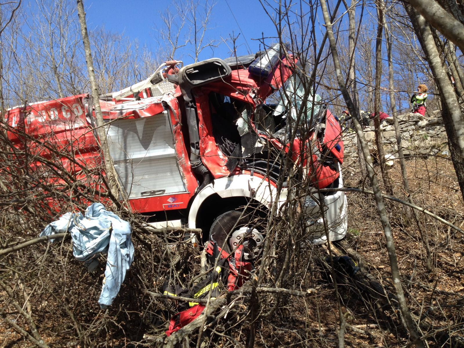 Incidente, autobotte dei vigili del fuoco in una scarpata: due feriti GUARDA LE FOTO