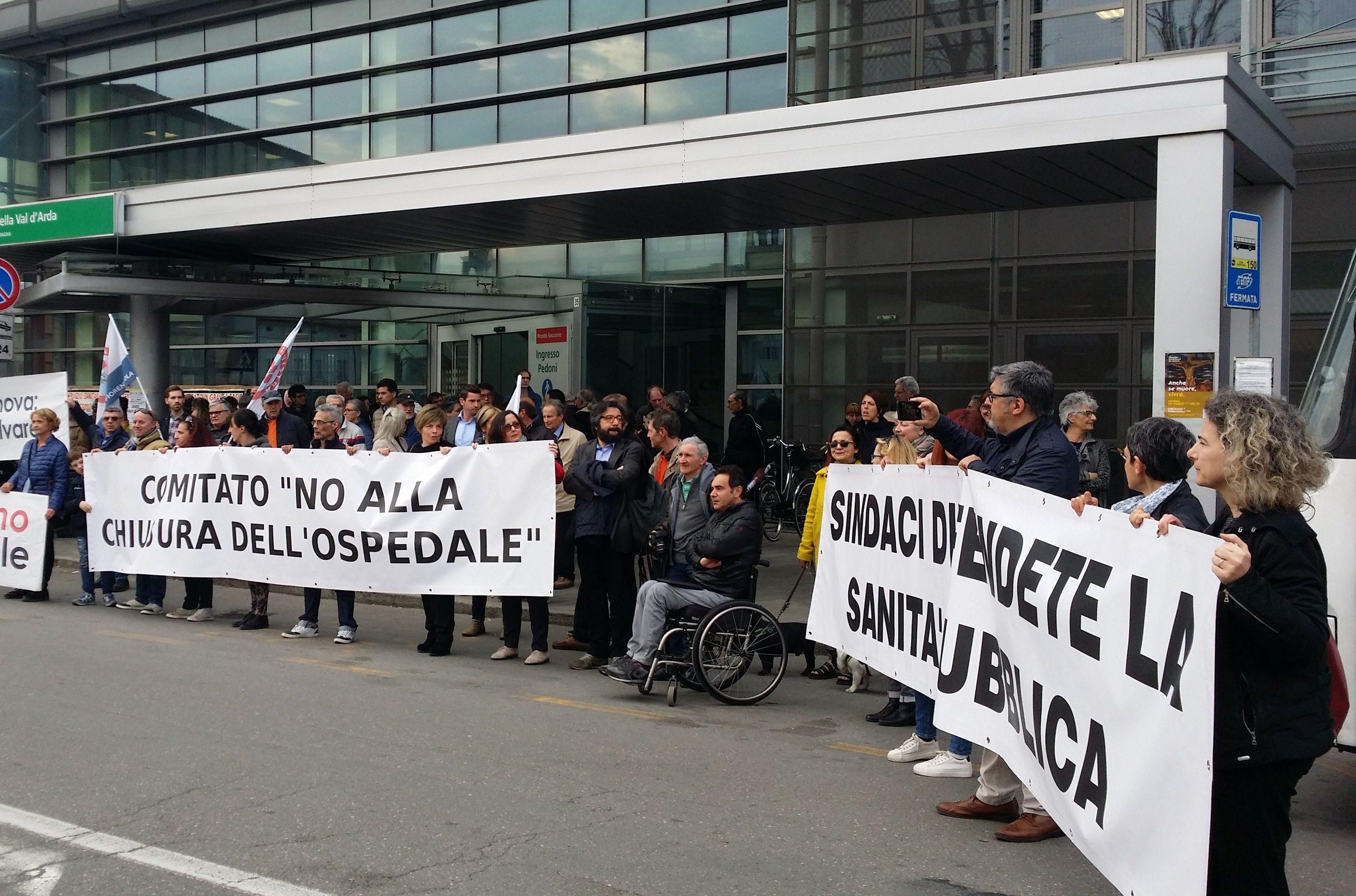 Corteo dei comitati davanti al cantiere fermo del nuovo ospedale