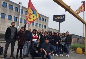 Gls, contro il trasferimento ad Assago sciopero di un'ora davanti all'azienda