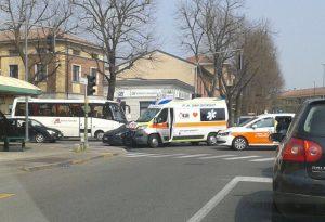 Ambulanza con paziente a bordo finisce contro un'auto