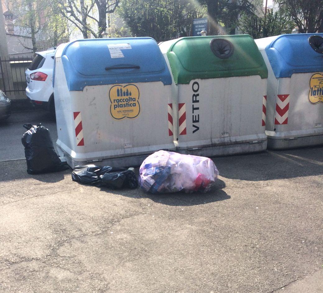 #degradopiacenza – Cassonetti semivuoti, ma sacchi di rifiuti lasciati sul marciapiede
