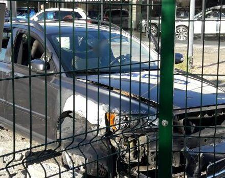 Baia del Re: auto si schianta contro un muretto vicino al parco giochi affollato