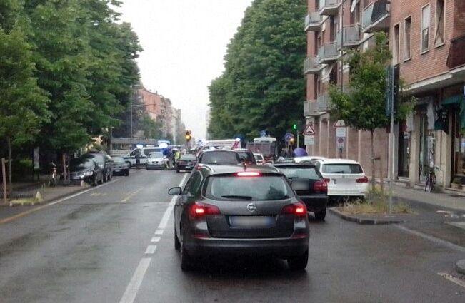 Travolta da un'auto all'incrocio tra via Dante e via Nasolini: ferita ciclista