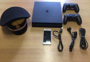 Va a pranzo dagli amici dei genitori e ruba dalla casa una PlayStation: 14enne denunciato