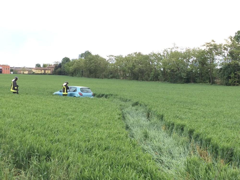 Fuori strada con l'auto, finisce la corsa in mezzo al campo di grano. Lievi ferite per una persona