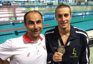 Nuoto, Giacomo Carini conquista il bronzo agli Italiani nei 100 farfalla
