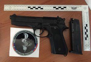 Latitante in fuga, trovate auto e pistola: arrestati padre e figlio