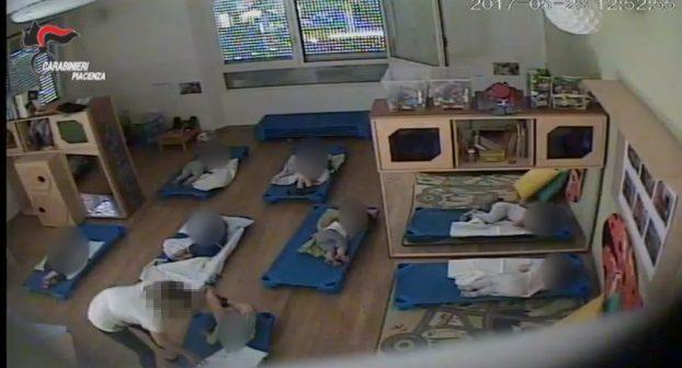 Bambini schiaffeggiati e strattonati all'asilo nido Farnesiana: GUARDA IL VIDEO