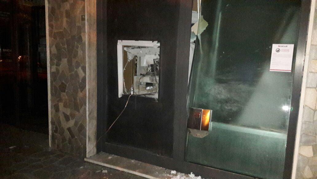 Bloccano la strada e assaltano il bancomat con l'esplosivo, ma i banditi scappano a mani vuote