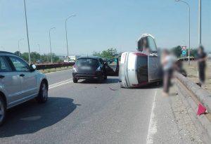 Auto capovolta dopo lo scontro. Caos all'imbocco del ponte Paladini