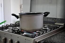 Dimenticano la pentola sul fuoco: fumo e odore acre dal ristorante