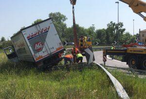 Cortemaggiore, camion sfonda il guard rail ed esce di strada