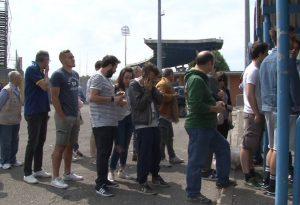 Grande attesa per il derby, tifosi in coda per un biglietto. Le interviste