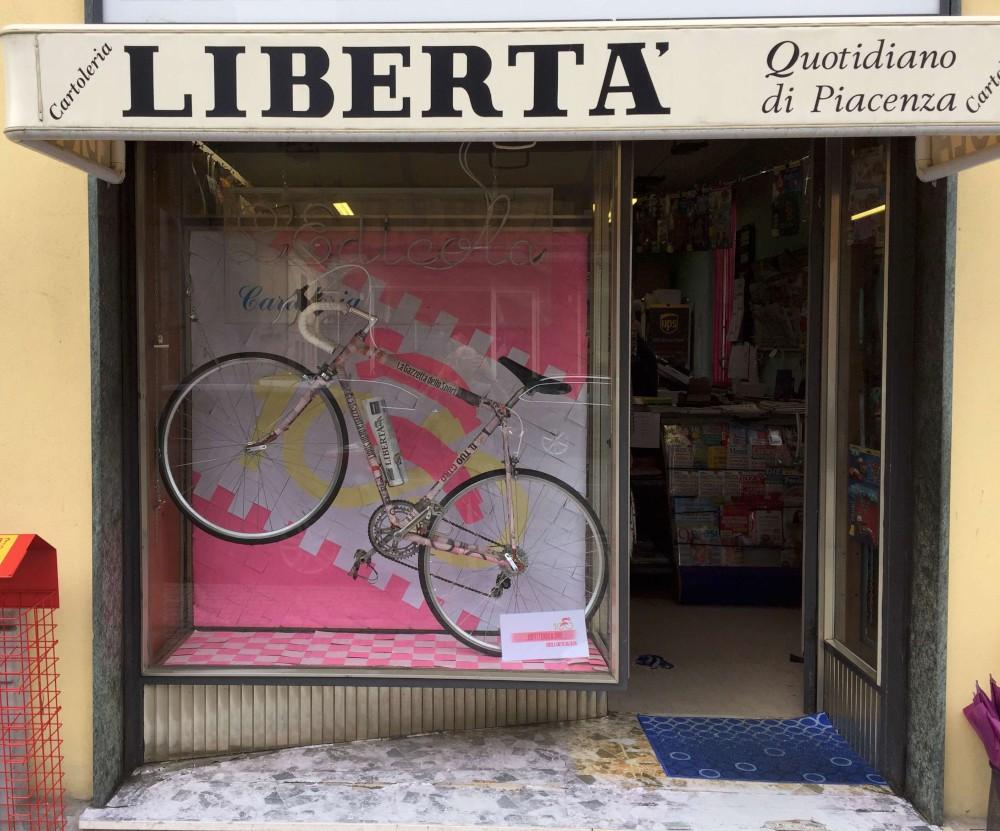 Passa il Giro, allestimento in rosa per una vetrina di San Nicolò. FOTO