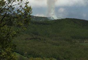 Incendio in montagna: mezzo chilometro di terra che sta bruciando
