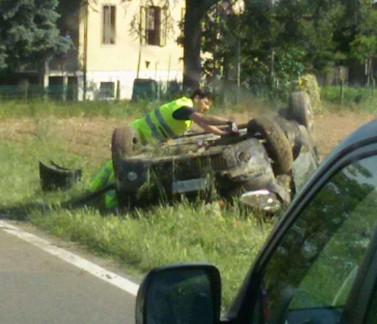 Castel San Giovanni, auto fuoristrada e ribaltata nel campo. Un ferito lieve