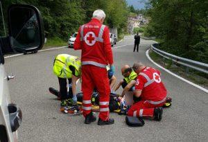 Motociclista perde il controllo e finisce contro una roccia: è grave