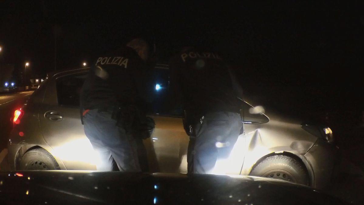 Banda su auto rubata: rocambolesca fuga e cattura con tentativo di investire un metronotte. VIDEO