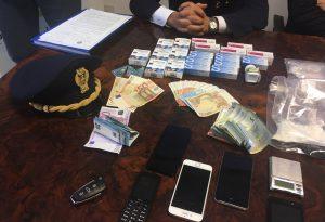 Ai domiciliari per spaccio, la polizia trova 3mila euro sotto una mattonella