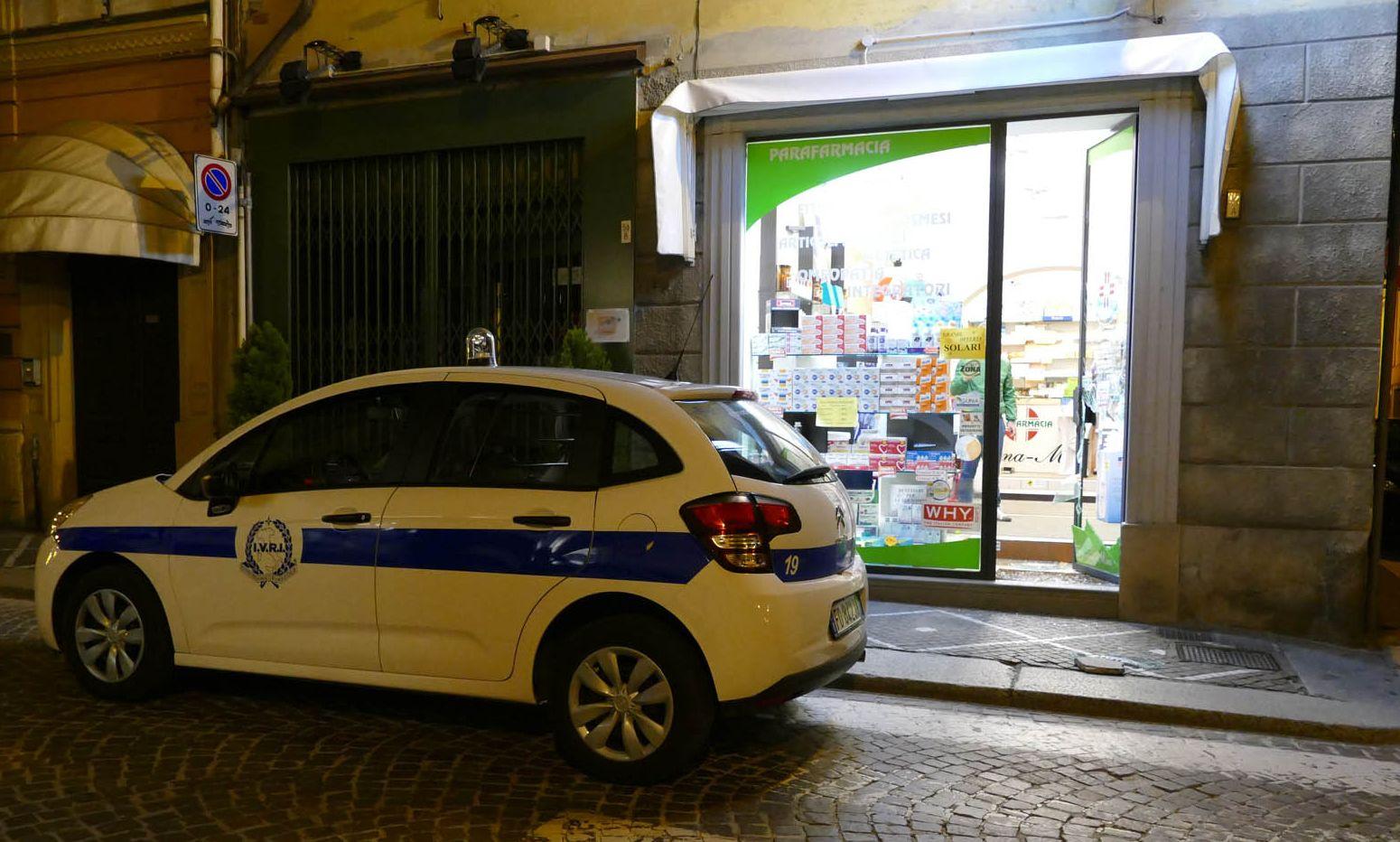 Spaccata in negozio a Castel San Giovanni, ladro ferito sui vetri