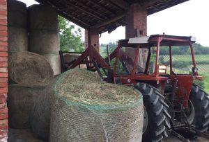 Schiacciato da una rotoballa: gravissimo un agricoltore